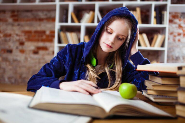 Sådan får du råd til de dyre studiebøger