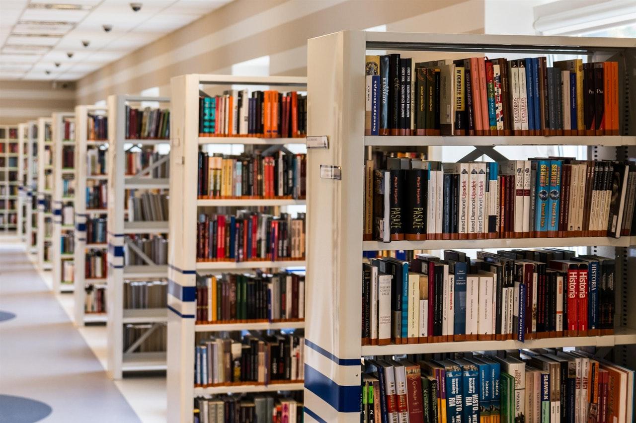 Bibliotek med bøger om mode