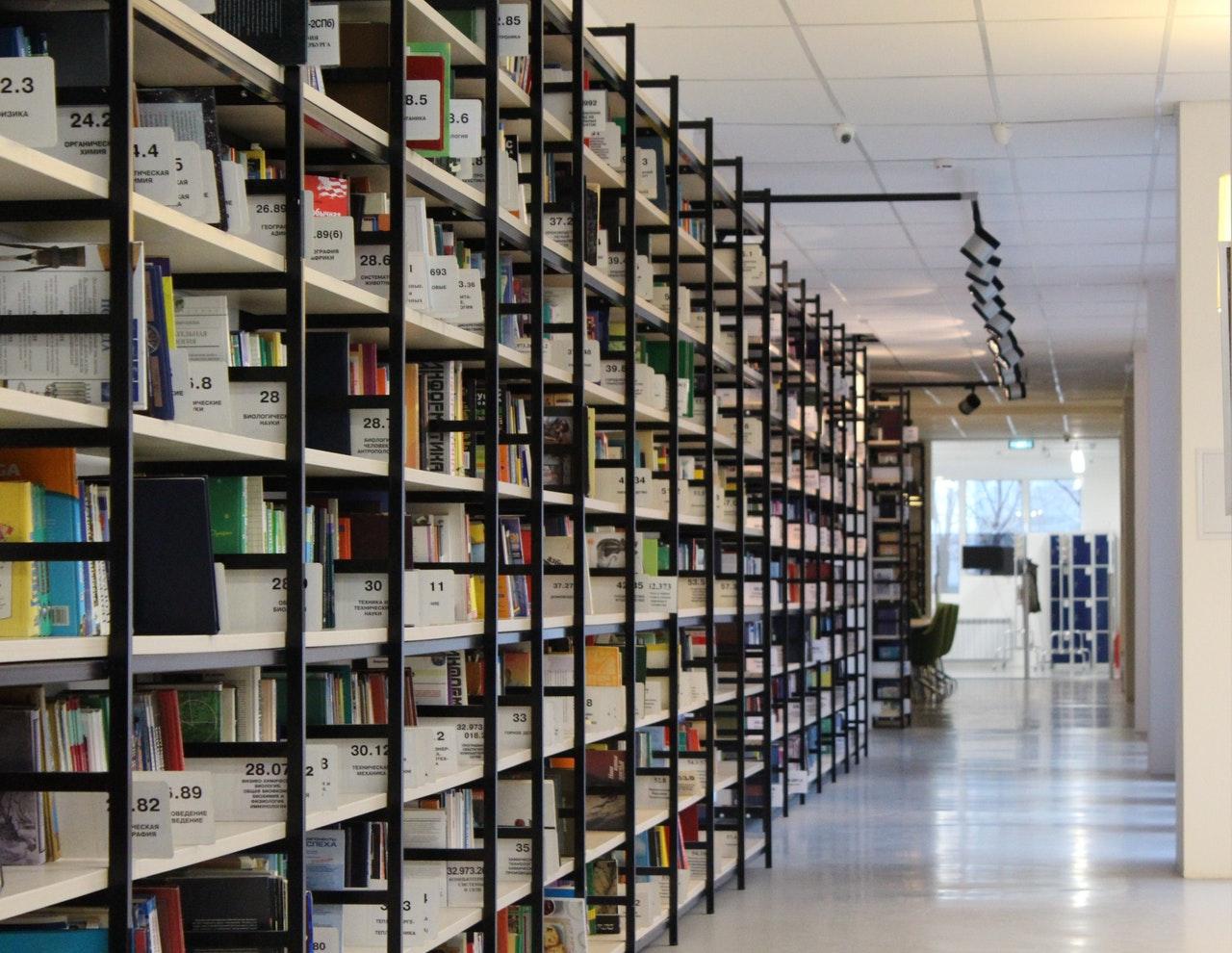 Bibliotek med mange bøger
