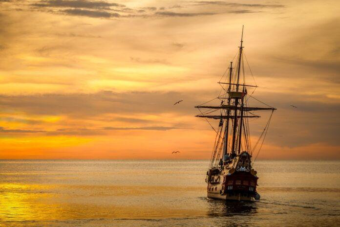 Piratskib sejler i solnedgangen