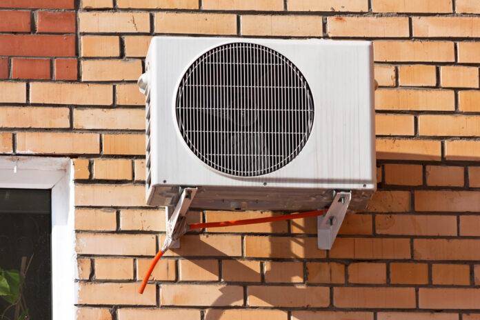 Varmepumpe sidder udenpå bygning